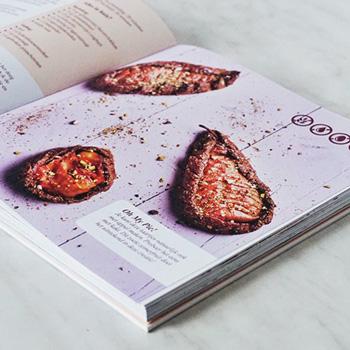 Op een paar pagina's zijn speciale afbeelding geplaatst; als je eroverheen wrijft, ruik je alvast hoe jouw taart straks de heerlijkste geuren gaat verspreiden - Lotta van healthylifelab.nl