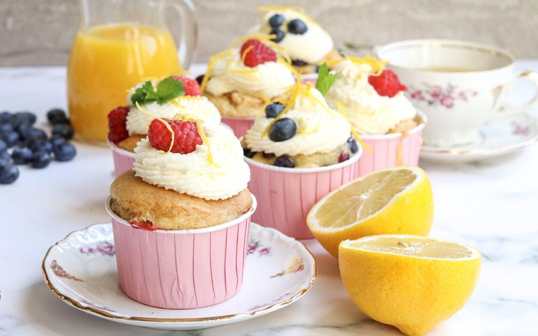 Feestelijke muffins met citroen en rood fruit